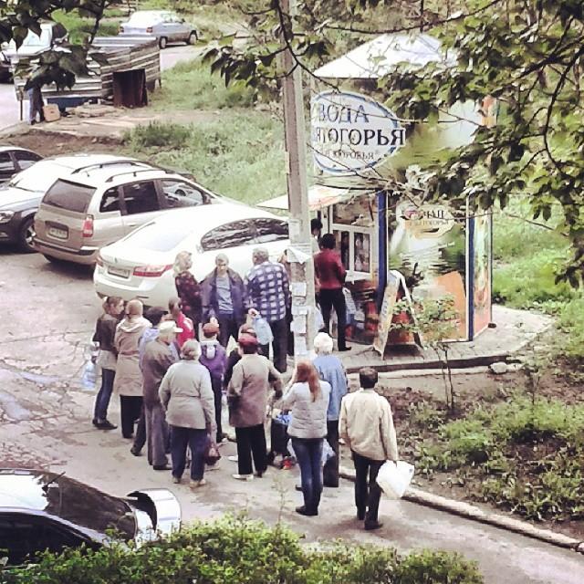 кому-то очень повезло. все больше людей скупают воду #донецк #донбасс #вода #donetsk #donbass #water #govoritdonetsk...