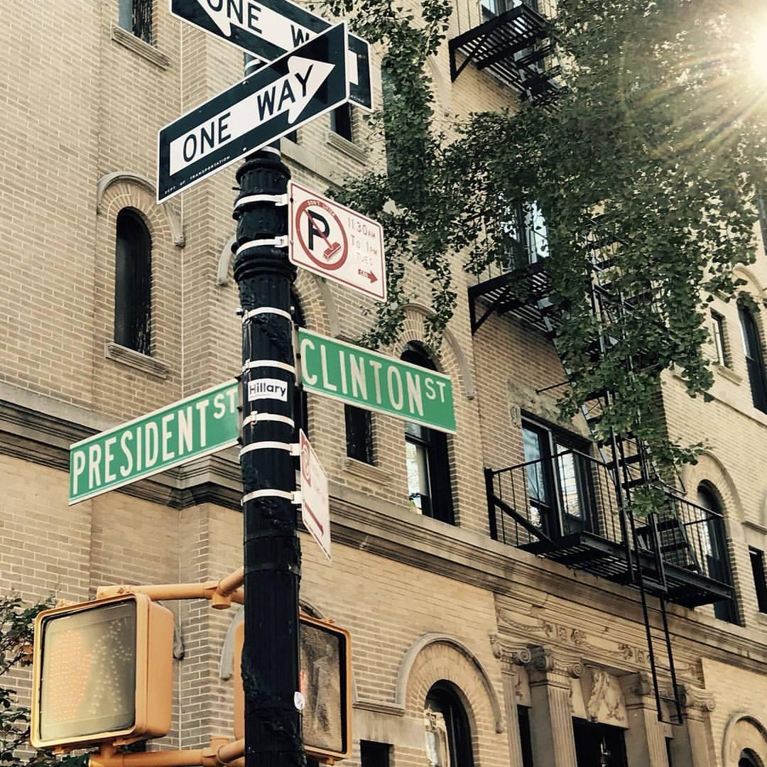 Знаменитый перекресток в #Бруклин, где хорошо видно, что улицы #Президента и #Клинтон сходятся, но идут в разных направлениях...