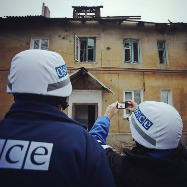 Следователи ОБСЕ фотографируют разрушенные здания в западной части Донецка. © Reuters #Ukraine #Украина #Donbass #Donetsk #До...