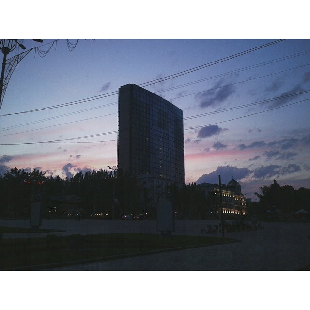 продолжаем вечерние прогулки с @_bhdn_ и @nata_gutarevich  #донецк #вечер #типичныйдонецк #donetsk #evening #night #nightcity...