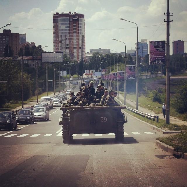 Cилы #ДНР ввели в Донецке комендантский час.  Режим комендантского часа будет действовать с 23:00 до 06:00. По данным «Вестей...