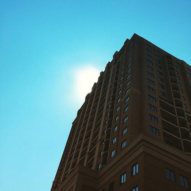 #донецк #типичныйдонецк #instadonetsk #mycity_donetsk #fromdonetsk #i_love_donetsk  #sun #sunshine #buildings #streetphotogra...
