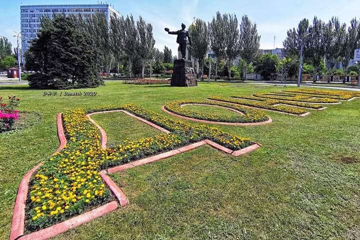 Почти классический вид на #памятник Слава Шахтёрскому труду, что находится в Киевском районе города #Донецк в центре Шахтёрск...