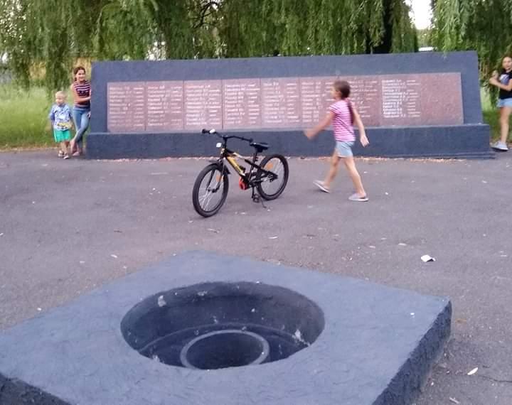 """Дети играют в прятки возле мемориала погибшим воинам, который стоит возле разбитой конторы разбитого """"Точмаша"""". Во время обст..."""