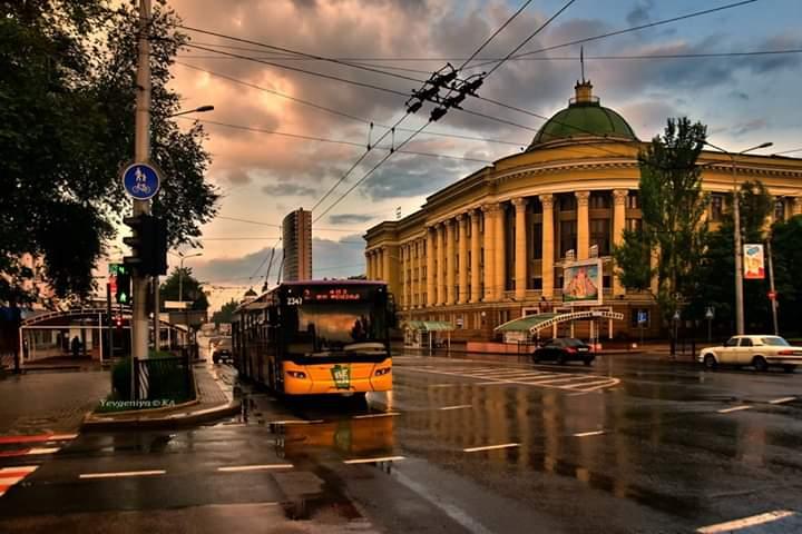 """""""#Тучи, #дождь, заходящее #солнце и желтый #город, чуть чуть радуги, все это можно было увидеть сегодня вечером, с 7 до 8.30 ..."""