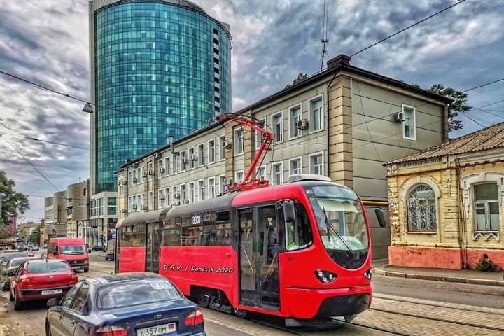 На фото Александр Валентинович - донецкая Green-Plaza с восстановленным после обстрелов остеклением и новый трамвай донецкого...