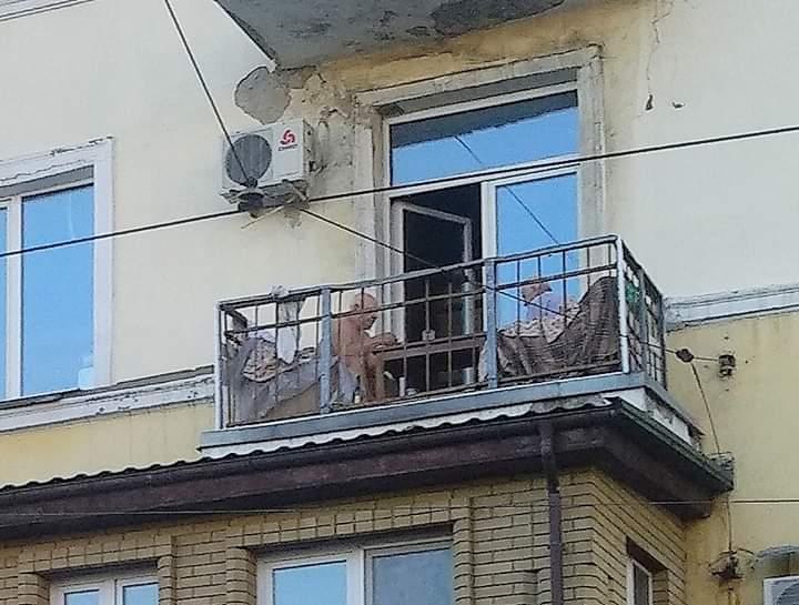 """""""#Донецк. #Центр. #Постышева. Первая горбольница. Над опустевшей улицей, на балконе сталинки два деда, усевшись в кресла, зас..."""