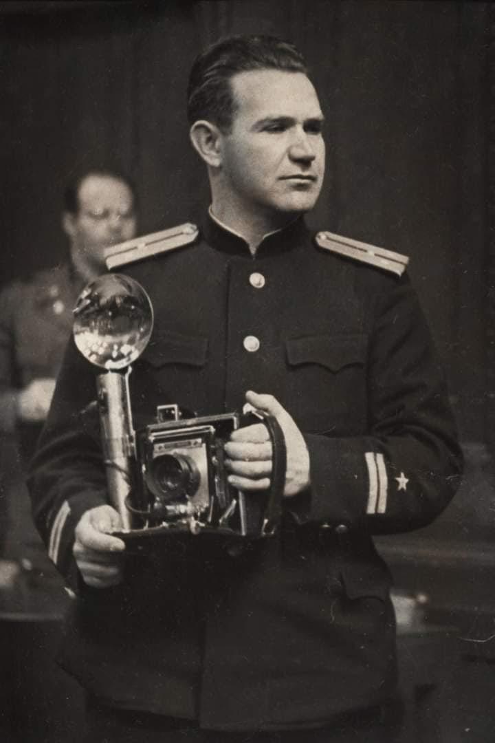 Легендарный Евгений #Халдей  с  камерой Спид График, которую ему подарил в знак признательности его таланта также легендарный...
