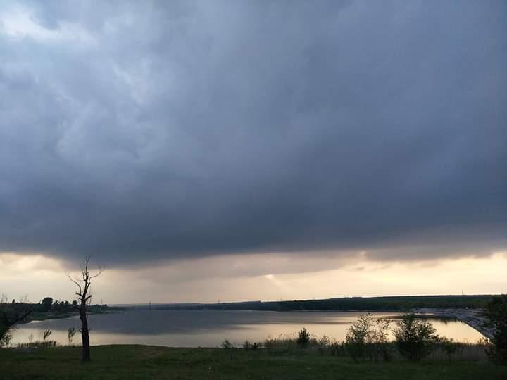 """Донецкое море вчерашним вечером. """"Как-то даже мистически выглядит. Особенно, этот одинокий луч, падающий на #город"""", - пишет ..."""