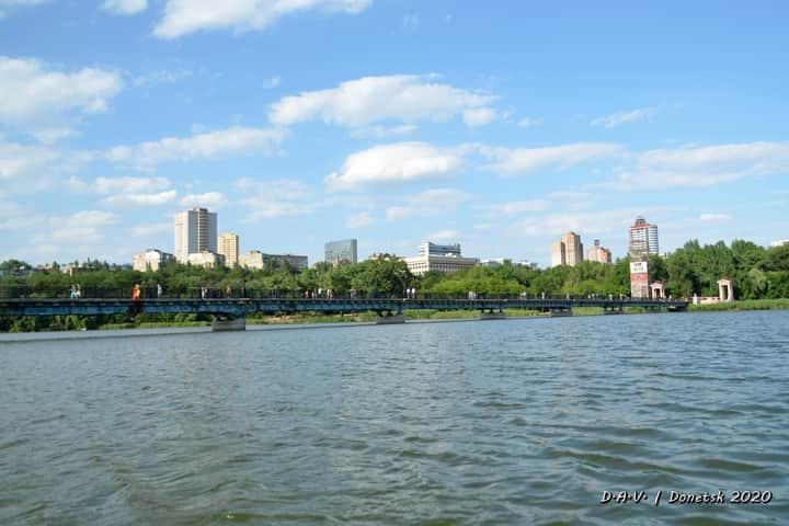 Вид на #мост и #Город с лодки, идущей по глади первого ставка в парке имени Щербакова - #фото Александр #Валентинович #Донецк...