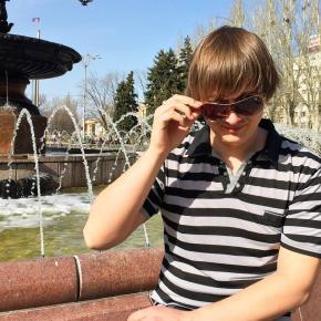 И на кого это мы смотрим?  #донецк #фонтан #очки #мужик #весна #donetsk #mylove #spring #fromdonetsk  @ Площадь Ленина...
