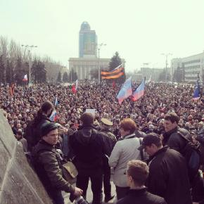 В Донецке прошел митинг в поддержку референдума в Крыму. На площади Ленина импровизированным голосованием около 5 тысяч потре...