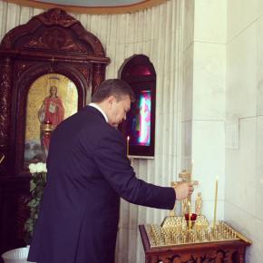 #Президент Украины Виктор #Янукович во время визита в столицу Донбасса посетил часовню святой Варвары (Фото: Андрей Мосиенко)...