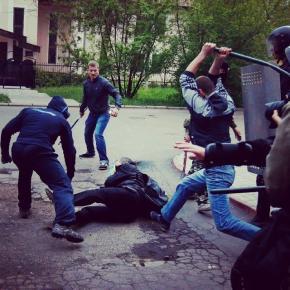 Массовой дракой завершилось шествие сторонников единой Украины. Марш в большинстве своем состоял из фанатов «Шахтера». Их соб...