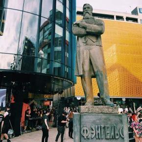 Увидел это #фото 3,5-метровой статуи Фридрих #Энгельс у Андрей Манчук. Пишут, что стоит она в #Манчестер, привезенная из Полт...