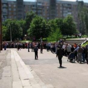 Это #Донецк, рядовой участок, полдень. Очередь желающих принять участие в #референдум минимум на 300 человек, она не становит...