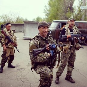 Вооруженные пророссийские активисты охраняют контрольно-пропускной пункт Краматорска.  (© Marko Djurica, Reuters)#vestiua#К...