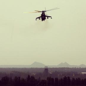 Украинский #вертолет Ми-24 совершает маневры над жилым районом недалеко от международного аэропорта Донецка 26 мая 2014. (© R...