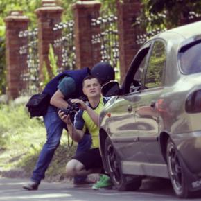 Местный житель и фотокорреспондент бегут в укрытие вблизи международного аэропорта Донецка во время тяжелых боев 26 мая 2014....