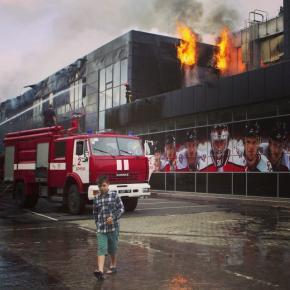 Пожарные пытаются потушить #пожар на спортивной арене «Дружба» в Донецке, 27 мая 2014 года. (© Reuters, Stringer) #vestiua #Д...